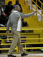 BOGOTA - COLOMBIA - 08-03-2013: Jose Dilone entrenador de Bucaros de Bucamanga da instrucciones a los jugadores durante partido en el Coliseo El Salitre en Bogotá, abril 22 de 2013. Piratas y Bucaros en la tercera fecha de la fase II de la Liga Directv Profesional de baloncesto en partido jugado en el Coliseo El Salitre. (Foto: VizzorImage / Luis Ramírez / Staff). Jose Dilone coach of Bucaro from Bucaramanga gives instructions to the players during a match in the Salitre Coliseum in Bogota, April 22, 2013. Pirates and Bucaros in the third match of the phase II of the Directv Professional League basketball, game at the Coliseum El Salitre. (Photo: VizzorImage / Luis Ramirez / Staff).