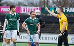 AMSTELVEEN - scheidsrechter Frank heister geeft Hidde Turkstra van R'dam een groene kaart  tijdens de hoofdklasse competitiewedstrijd heren, AMSTERDAM-ROTTERDAM (2-2). midden Simon Egerton (R'dam) COPYRIGHT KOEN SUYK