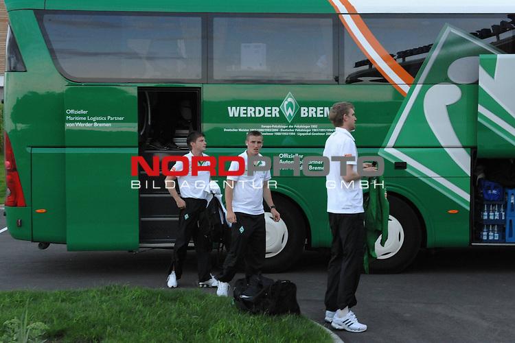 FBL 09/10 Traininglager  Werder Bremen Bad Waltersdorf / Oesterreich AUT / Day 01 Ankunft beim Golf Hotel<br /> <br /> <br /> Der Werder Bus steht vor dem Eingang des Falkensteiner Hotels die Spieler gehen mit ihrem Gep&auml;ck ins Hotel - hier:<br /> <br /> Per Mertesacker ( Bremen GER #29 ) Said Husejinovic ( Werder Bremen BOS #17) Florian Lauerer (Physiotherapeut Werder Bremen)<br /> <br /> <br /> Foto &copy; nph (nordphoto)