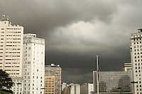 SÃO PAULO, SP, 13 MARCO 2013 - CLIMA TEMPO SP -  O ceu encontra-se fechado com nuvens carregadas indicando chuva forte nesse final de tarde no Anhangabau regiao central da capital nessa quarta-feira, 13. (FOTO:LEVY RIBEIRO / BRAZIL PHOTO PRESS)