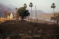 INDIA, state Gujarat, Narmada river and dams, reservoir of Narmada dam Sardar Sarovar Project at tribal village Manibeli, submerged farm land and old Shoolpaneshwar Mahadev hindu temple, remained mud after first submergence 1993, today the temple is permanently under water / INDIEN, Gujerat, Narmada Fluss und Staudaemme, Stausee des Sardar Sarovar Projekt Staudamm, ueberflutetes Ackerland und Hindu Tempel des Adivasi Dorf Manibeli