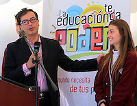 BOGOTA -COLOMBIA. 20-01-2014. En la entrega del colegio San Jose de Castilla el alcalde Mayor de Bogota, Gustavo Petro, aseguro que el Distrito esta recuperando lo que habia perdido desde hace mucho tiempo en materia de educacion entregando mas horas de estudio, maestros capacitados y mejor infraestructura.<br /> <br /> El mandatario capitalino adelanto un recorrido por la instituci—n que conto con una inversi—n cercana de 10 mil millones de pesos y cuenta con 18 aulas de clase, aulas de tecnologia,  laboratorios de biologia, fisica y quimica, un edificio CIRE, taller de arte y danza, aula multiple y enfermeria. In presenting the Colegio San Jose de Castilla mayor of Bogota, Gustavo Petro, said the district is recovering what was lost a long time in education by providing more hours of study, trained teachers and better infrastructure. <br /> <br /> The capital's president announced a tour of the institution that had an investment of 10 billion dollars and has 18 classrooms, technology classrooms, laboratories of biology, physics and chemistry, a CIRE building, art and dance workshop multiple and nursing classroom. Photo: VizzorImage / Ignacio Prieto  / Alcaldia Mayor de Bogota