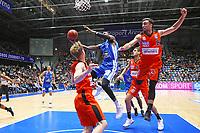 Isaac Bonga (Fraport Skyliners) gegen Ismet Akpinar (Ratiopharm Ulm) - 18.11.2017: Fraport Skyliners vs. ratiopharm Ulm, Fraport Arena Frankfurt