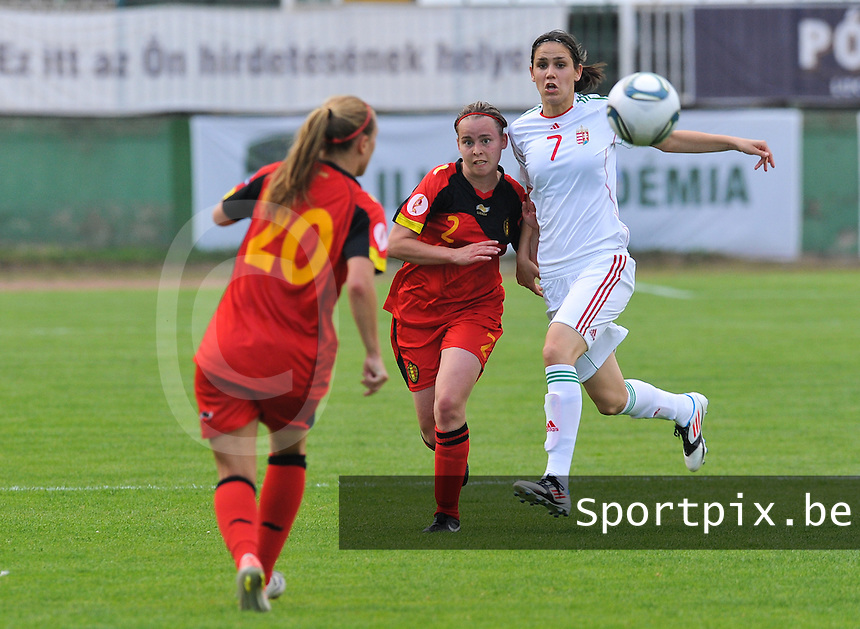 Hungary - Hongarije : UEFA Women's Euro Qualifying group stage (Group 3) - 20/06/2012 - 17:00 - szombathely  - : Hungary ( Hongarije ) - BELGIUM ( Belgie) :.Stefanie Van Broeck in duel met Lilla Sipos.foto DAVID CATRY / JOKE VUYLSTEKE / Vrouwenteam.be.