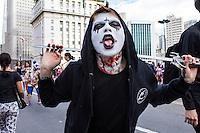 SÃO PAULO, SP, 02.11.2016 - ZOMBIE-WALK - Movimentação de pessoas fantasiadas durante o Zombie Walk, na região central de São Paulo, nesta quarta-feira (02). O evento surgiu na Califórnia em 2001 e, desde 2006, e realizado anualmente em São Paulo, sempre no Dia de Finados. (Foto: Daia Oliver/Brazil Photo Press)