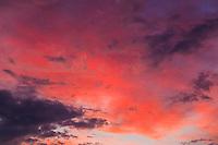 Rosa impressionistiska moln vid solnedgång i Stockholms skärgård.