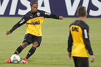 MEDELLÍN -COLOMBIA-22-04-2014. Ronaldinho jugador de Atlético Mineiro durante reconocimeinto del campo previo al partido de ida con Atlético Nacional por los octavos de final de la Copa Libertadores de América en el estadio Atanasio Girardot en Medellín, Colombia./ Ronaldinho player of Atletico Mineriro during the recognition of the field prior the first leg match against Atletico Nacional for the knockout stages of the Copa Libertadores championship at Atanasio Girardot stadium in Medellin, Colombia. Photo: VizzorImage/ Luis Ríos /STR