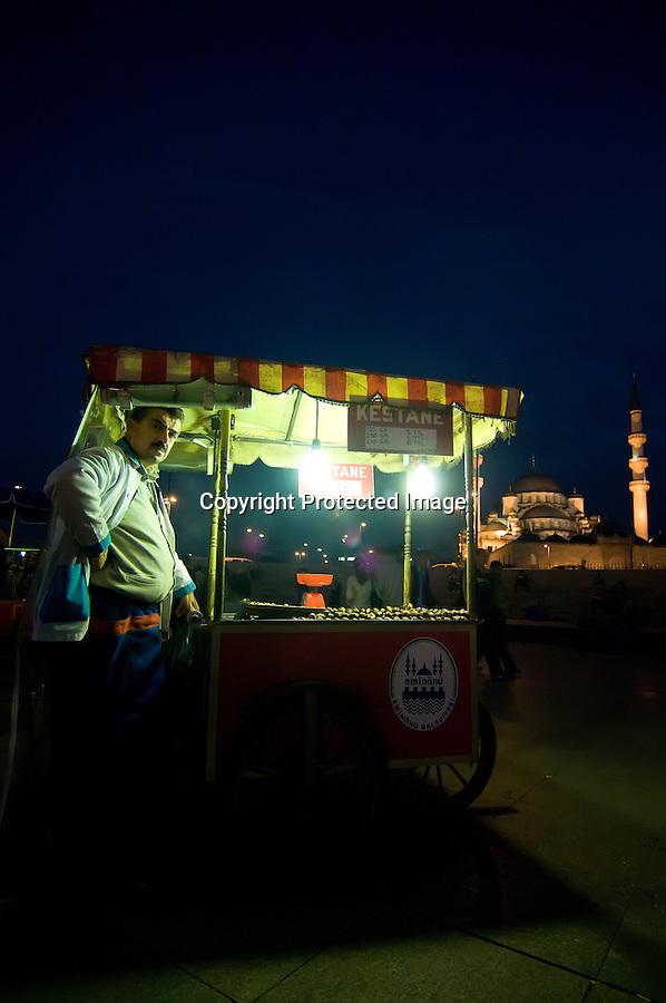TURQUIA-ESTAMBUL.Puestos de comida  sobre el Bosforo en la zona del puente de Galata en Estambul.foto JOAQUIN GOMEZ SASTRE©