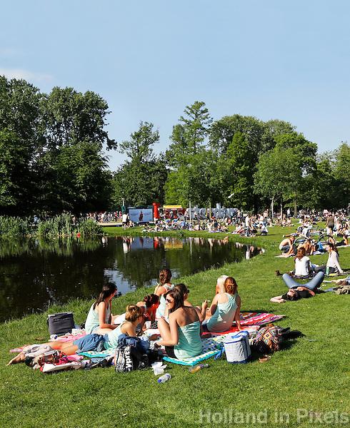 Relaxen met vrienden in het park