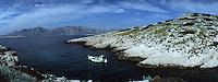 """Europe/France/13/Bouches-du-Rhône/Marseille/Gaby le pécheur avec son bateau de type """"Pointu"""" à la péche dans les calanques de Cassis"""
