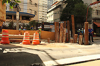 SAO PAULO, 05 DE DEZEMBRO DE 2012 - OBRA SABESP LIBERDADE - A  Sabesp realiza obra na rua Sao Joaquim a obra e para reparar um afundamento  da rede coletora de esgoto causada provavelmente por uma obra anterior, por conta dessa obra a rua Sao Joaquim foi interditada completamente entre as ruas da Gloria e Galvao Bueno nessa quarta-feira 05. (FOTO LEVY RIBEIRO - BRAZIL PHOTO PRESS).