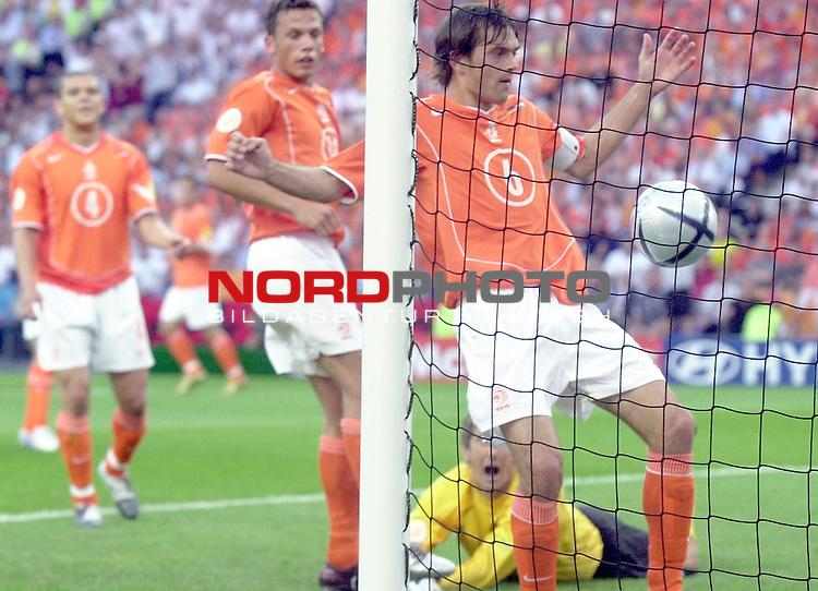 Europameisterschaft 2004 Portugal<br /> <br /> Deutschland - Niederlande<br /> <br /> Die Niederlaender Phillip Cocu Giovanni van Bronckhorst sowie Tw Edwin van der Sar koennen den direkt verwandelten Freistoss von Torsten Frings nicht verhindern.<br /> <br /> Foto &copy; nordphoto