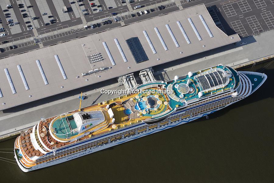 Cruise Center CC3 Steinwerder : EUROPA, DEUTSCHLAND, HAMBURG 02.04.2016   Cruise Center CC3 liegt im Gebiet Steinwerder im  Hamburger Hafens. Der Liegeplatz am Kronprinzkai wird seit Juni 2015 regelmaessig von Kreuzfahrtschiffen der neuesten Generation angelaufen. Der erste Testanlauf erfolgte am 23. Mai 2015.<br /> Der Kronprinzkai in Steinwerder ist f&uuml;r modernste Kreuzfahrtschiffe mit einem Tiefgang von bis zu 13 m ausgelegt. Direkt neben den Abfertigungsgebaeuden stehen auf ca. 35.000 m&sup2; insgesamt 1.500 Parkplaetze fuer Kurz- und Langzeitparker zur Verfuegung, sowie 20 Stellflaechen f&uuml;r Reisebusse sowie Haltebuchten fuer Taxen.