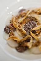 Europe/France/Provence-Alpes-Côte d'Azur/06/Alpes-Maritimes/Nice: Saint-Jacques aux truffes et navets avec salsifi frit recette de  Tsumoru Takano  du Restaurant: Les Deux Canailles
