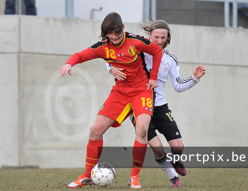 Belgie U17 - Duitsland U17 : Lotte Aertsen aan de bal voor  Michaela Brandenburg.foto DAVID CATRY / Vrouwenteam.be