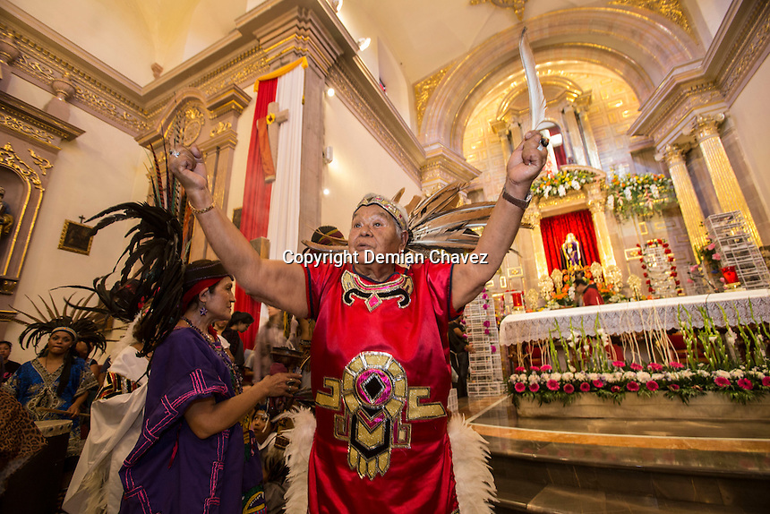 Quer&eacute;taro, Quer&eacute;taro. 12 de septiembre de 2016.- Con la peregrinaci&oacute;n y misa de los pajareros dio inicio la fiesta grande, la fiesta de la exaltaci&oacute;n de la Santa Cruz de los Milagros.<br /> <br /> Esta peregrinaci&oacute;n que realizan los vendedores de aves canoras tiene una tradici&oacute;n de por lo menos 45 a&ntilde;os. Al inicio de dicha peregrinaci&oacute;n los vecinos y comerciantes regalan mole con arroz a los curiosos y acompa&ntilde;antes de la romer&iacute;a.<br /> <br /> Foto: Demian Ch&aacute;vez.