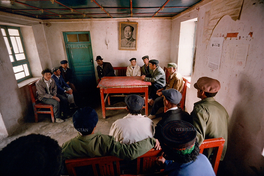 1995. Le portrait de Mao a l'oeil sur la r&eacute;union de la section locale du Parti communiste, qui ne r&eacute;unit que des hommes &agrave; Gourtouchlough. / The portrait of Mao eyes the local section of the Communist Party&iacute;s meeting, which is only composed of men in Gurtuchlugh.<br /> HEMIS diffusion