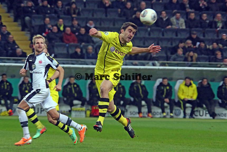 Sokratis (BVB) klaert die Flanke auf Stefan Aigner (Eintracht) - Eintracht Frankfurt vs. Borussia Dortmund, DFB-Pokal Viertelfinale