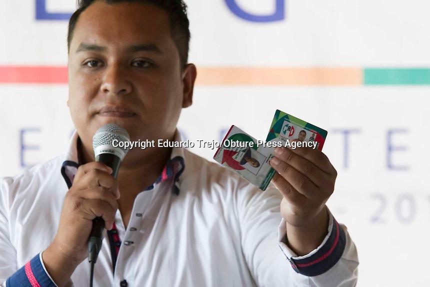 San Juan del R&iacute;o, 27 de mayo 2015.- Aproximadamente 1800 priistas se suman a Memo Vega, otorgando as&iacute; un voto de castigo al PRI debido al incumplimiento de los compromisos hechos por el actual alcalde, Fabi&aacute;n Pineda Morales.<br /> <br /> Representados por 15 presidentes de asociaciones de colonos anunciaron su adhesi&oacute;n al Partido Acci&oacute;n Nacional (PAN) en San Juan del R&iacute;o para dar su voto de castigo al Revolucionario Institucional, ya que se dijeron inconformes con la labor de las dos administraciones anteriores.<br /> <br /> Encabezados por Luis Manuel G&oacute;mez Castellanos y un grupo de personas integrantes de la &quot;Asociaci&oacute;n de Ciudadanos Pensando en Ti Haremos el Progreso, Asociaci&oacute;n Civil&quot;, los expriistas mostraron documentaci&oacute;n que da validez a su AC, as&iacute; como documentos con los compromisos no cumplidos por Fabi&aacute;n Pineda.