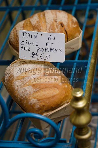 Europe/France/Normandie/Basse-Normandie/14/Calvados/Pays d'Auge/Beuvron en Auge: le pain au cidre et aux pommes de Mme Bosher boulangère à Beuvron-en-Auge