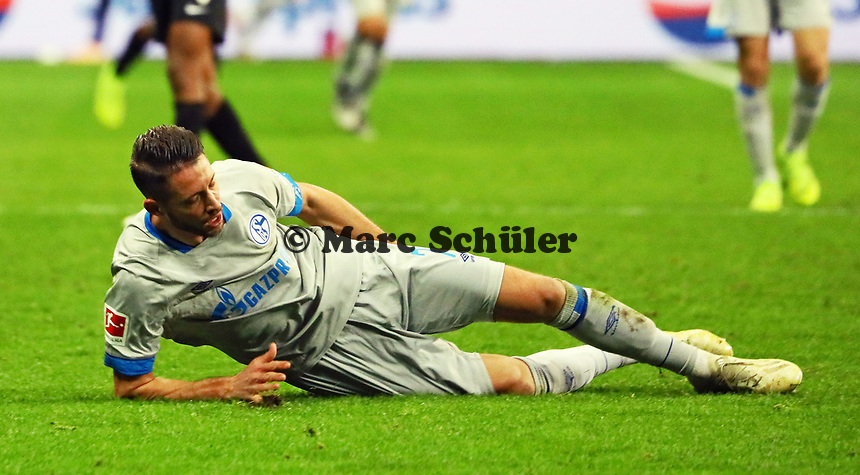 Mark Uth (FC Schalke 04) greift sich an den Oberschenkel und muss verletzt vom Platz geholt werden - 11.11.2018: Eintracht Frankfurt vs. FC Schalke 04, Commerzbank Arena, DISCLAIMER: DFL regulations prohibit any use of photographs as image sequences and/or quasi-video.