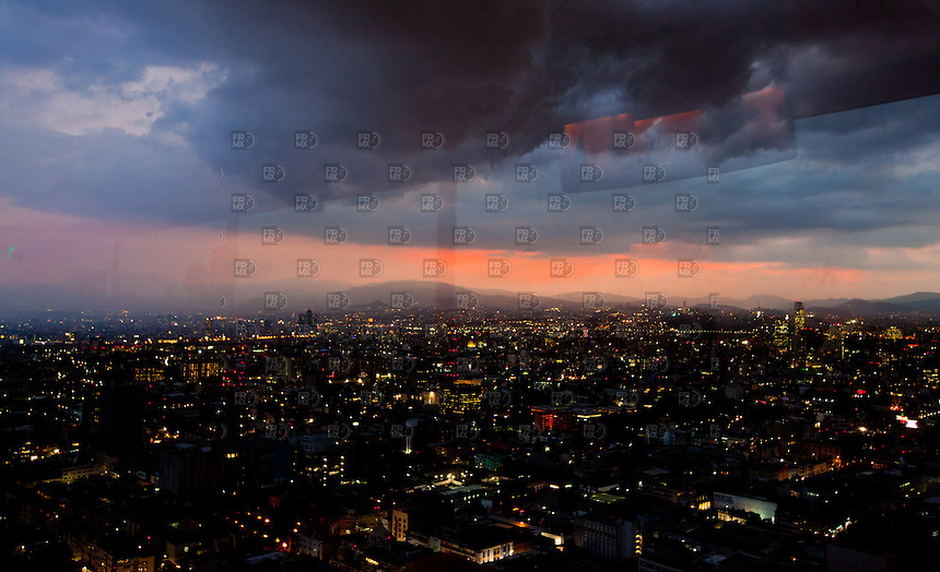 CIUDAD DE M&Eacute;XICO, octubre 28, 2013. Atardecer desde la Torre Latinoamericana en  la Ciudad de M&eacute;xico, el 28 de octubre de 2013.  FOTO: ALEJANDRO MEL&Eacute;NDEZ<br /> <br /> MEXICO CITY, Oct. 28, 2013. Sunset from the Torre Latinoamericana in Mexico City, on October 28, 2013. PHOTO: ALEJANDRO MELENDEZ