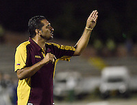 NEIVA, COLOMBIA, 28-08-2013 Carlos Castro técnico del Deportes Tolima gesticula durante partido contra Atlético Huila válido por la séptima fecha de la Liga Postobón II 2013 jugado en el estadio Guillermo Plazas Alceid de la ciudad de Neiva./ Deportes Tolima coach Carlos Castro gestures during match against Atletico Huila valid for the 7th date of the Postobon  League II 2013 played at Guillermo Plazas Alcid in Neiva city. VizzorImage/Gabriel Aponte/Str