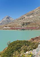 Schweiz, Graubuenden, Der Berninapass (Passo del Bernina) entlang den Seen Lej Nair und dem Lago Bianco, zwischen denen die europaeische Hauptwasserscheide verlaeuft, der Bernina-Express erreicht hier bei Ospizio Bernina seinen hoechsten Punkt von 2.253 m | Switzerland, Graubuenden, Bernina Passroad (Passo del Bernina) alongside lakes Lej Nair and Lago Bianco, Bernina Express crosses the pass at 2.253 m at train stop Ospizio Bernina