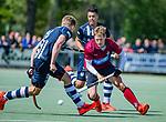 DEN HAAG -  Tim Drummond (HCKZ)  met Sander Groenheijde (HDM)  tijdens  de eerste Play out wedstrijd hoofdklasse heren ,  HDM-HCKZ (1-2) . COPYRIGHT KOEN SUYK