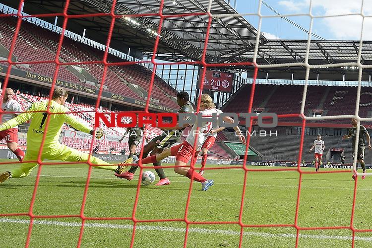 nph00351: Taiwo AWONIYI (1.FSV Mainz 05) <br /> schiesst das  Tor zum 2-1 gegen <br /> Timo HORN  (Torwart 1.FC Koeln) und <br /> Sebastian BORNAUW  (1.FC Koeln).<br /> Hintertorkamera,Hintertorperspektive.<br /> Sport: Fussball: 1. Bundesliga: Saison 19/20: 26.Spieltag: 1.FC KOELN-FSV MAINZ 05,17.05.2020.<br /> Foto: Anke Waelischmiller/SVEN SIMON/POOL / via Meuter/nordphoto<br /> <br /> Nur für journalistische Zwecke! Only for editorial use!<br /> Gemäß den Vorgaben der DFL Deutsche Fußball Liga ist es untersagt, in dem Stadion und/oder vom Spiel angefertigte Fotoaufnahmen in Form von Sequenzbildern und/oder videoähnlichen Fotostrecken zu verwerten bzw. verwerten zu lassen. DFL regulations prohibit any use of photographs as image sequences and/or quasi-video.