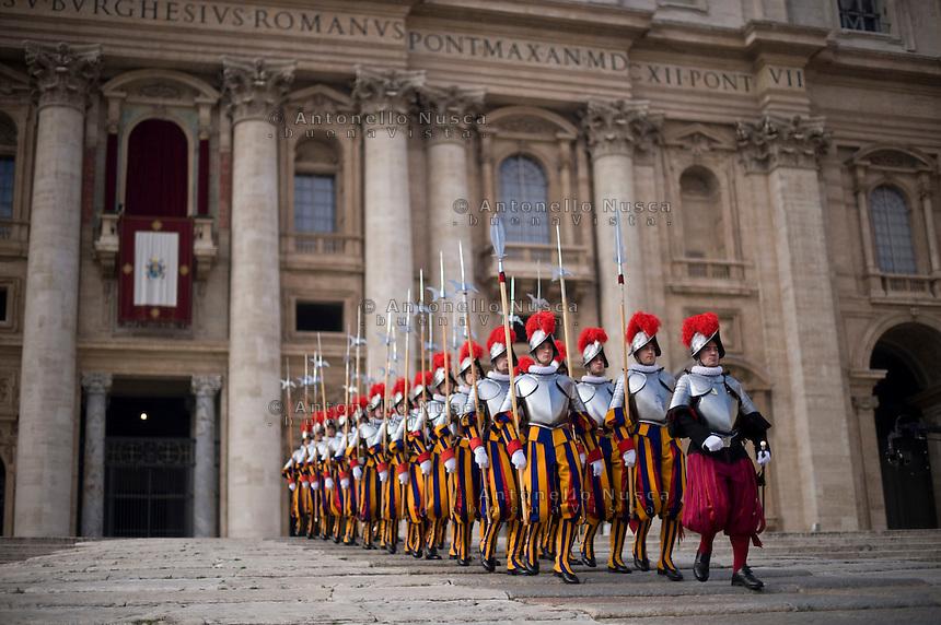 Guardie Svizzera sfilano in Piazza San Pietro