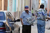 HAB09 LA HABANA (CUBA) 30/07/11.- Un hombre vende periódicos hoy, sábado 30 de julio de 2011, en La Habana (Cuba), un día antes de cumplirse 5 años de la renuncia del líder cubano Fidel Castro y de que su hermano, el general Raúl Castro asumiera el poder. EFE/Alejandro Ernesto.