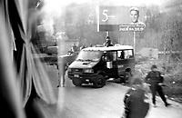 BOSNIA-HERZEGOVINA, Belgrade-Sarajevo Road, 03/2003..Very near from Pale, an  italian military unit of the SFOR keeps the road.  BOSNIE-HERZEGONVINE, Route Belgrade-Sarajevo, 03/2003..Photo prise depuis le bus qui relie Belgrade à Sarajevo. A proximité de Pale, une unité italienne de la SFOR garde la route..© Bruno Cogez / Est&Ost Photography