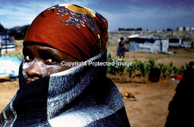 dippcul00006 Culture General. A woman wearing a traditional blanket on April 9, 1994 in Soweto, South Africa. South Africans went to the polls to elect the first democratic elected president ever on April 27, 1994. .Photo: Per-Anders Pettersson/ iAfrika Photos