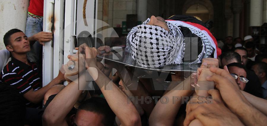 Palestinos carregam o corpo de Mohammed Tarifi, 30, durante seu funeral, na cidade de Ramallah, Cisjordânia em 22 de junho de 2014 Mohammed Tarifi foi morto durante confrontos matinais com tropas israelenses, as forças israelenses mataram dois palestinos em Cisjordânia como eles continuaram a busca de três adolescentes israelenses desaparecidos, disseram autoridades médicas e de segurança palestinas. (Foto: Abdalkarim Museitef - Brasil Foto Press)
