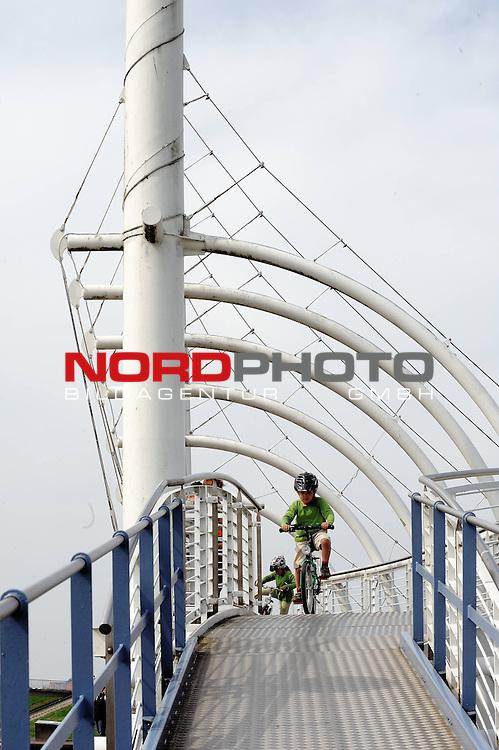 Feature Ostersonntag 2009 Wetterbild <br /> <br /> Hafen Bensersiel , Nordsee - Anlegestelle fuer die Faehre ( F&auml;hre ) nach Langeoog <br /> <br /> Deichpasasgen zum spazieren gehen - <br /> <br /> <br /> Foto: &copy; nph (nordphoto )<br /> <br />  *** Local Caption ***