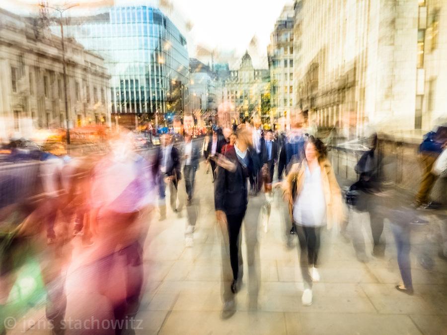People comming form their work in  the City of London are hurrying towards London Bridge Station. | Menschen, die von der Arbeit in der City of London kommen, hetzen zum Bahnhof London Bridge.