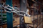LEIDEN - Een eenvoudig hangslot aan ketting moet een bouwplaats met hekken beveiligen tegen diefstal van bouwmateriaal, criminaliteit, vernielingen en vandalisme. COPYRIGHT TON BORSBOOM