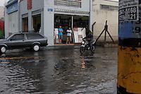 MOGI DAS CRUZES,SP,SEXTA FEIRA 06 DE JANEIRO DE 2012,CHUVA GERA ENCHENTES EM MOGI DAS CRUZES SP,Apos a chuva da tarde desta sexta(06) moradores da rua Lourenço de Souza Franco em Mogi das Cruzes na grande SP,nao houve vitimas,FOTO:WARLEY LEITE/NEWS FREE