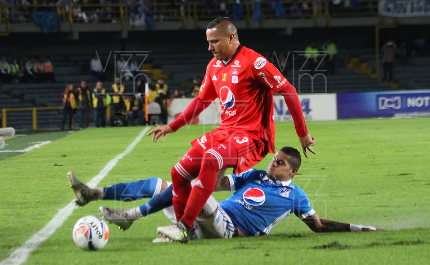 BOGOTÁ- COLOMBIA, 10-12-2017:Ayron Del Valle (Der.) jugador de Millonarios disputa el balón con Anderson Zapata (Izq.) jugador del  América de Cali , durante  el segundo partido por la semifinal  vuelta de la Liga Aguila 2017  entre   Millonarios  y el América de Cali, jugado en el estadio Nemesio Camacho El Campín de la ciudad de Bogotá. /Ayron Del Valle (Der.) Millonarios player fights the ball with Anderson Zapata (Izq.) Player of America de Cali, during second  match of the semifinal round of the Aguila League 2017 between Millonarios  and America de Cali, played at the Nemesio Camacho El Campin stadium in Bogota city: Vizzorimage / Felipe Caicedo / Staff