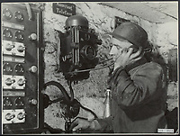 Description: Coal mines in Limburg. The control post remains in contact with the miners Date: November 21, 1945