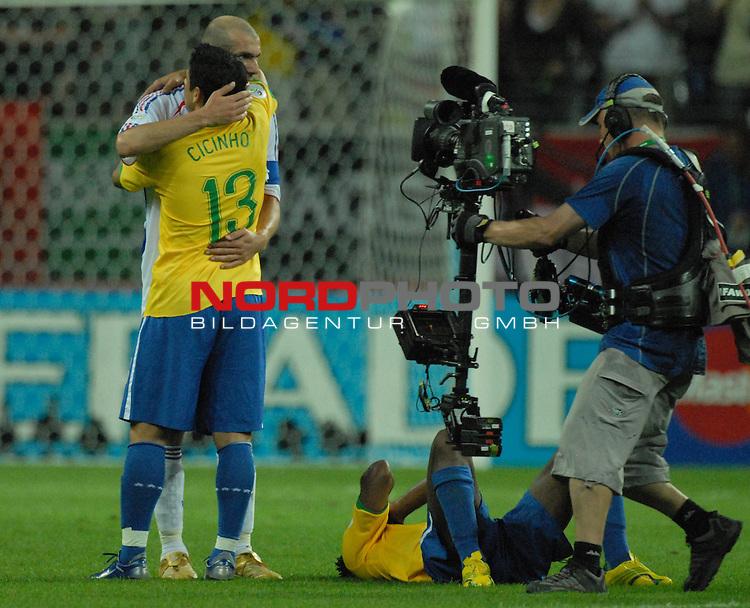 FIFA WM 2006 -  Round of Sixteen - / Viertelfinale <br /> Play    #60 ( 01. Juli) -  Brasilien - Frankreich<br /> <br /> Nachdem Schlusspfiff nimmt Zinedine Zidane (FRA) Cicinho (BRA) in den Arm . Am Boden entt&permil;uscht liegt Ze Roberto (BRA)<br /> <br /> Foto &copy; nordphoto