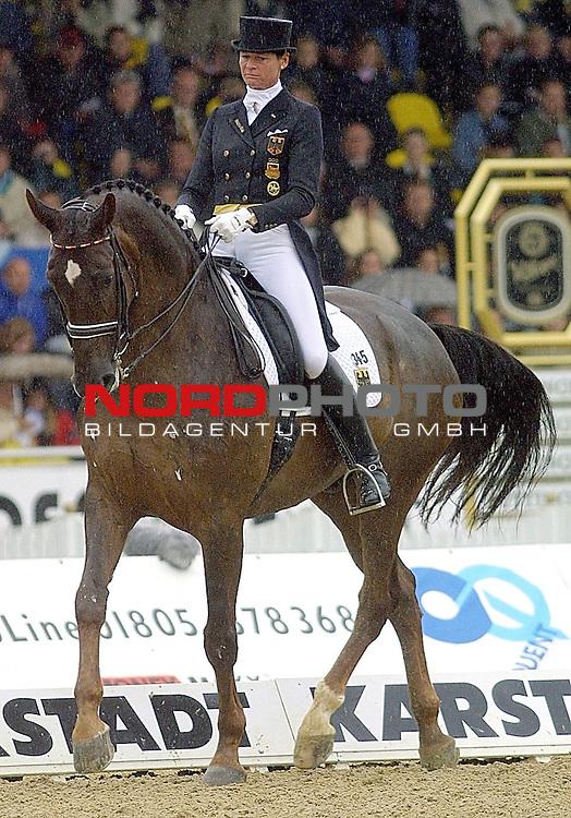 Ulla Salzgebers Dressurpferd Rusty gestorben<br /> Ein Held hat sich verabschiedet. Ulla Salzgebers Olympiasieger Rusty wurde 25 Jahre alt.<br /> archiv aus:<br />  Europameisterschaft im Dressurreiten im Verdener EM-Stadion (08.-12.August).<br />  <br /> Goldmedaillen-Gewinnerin Ulla Salzgeber mit Pferd Rusty waehrend ihrer Grand Prix K&radic;ľr.<br /> <br /> <br /> <br />  <br /> nph / Kokenge *** Local Caption ***