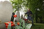 Foto: VidiPhoto<br /> <br /> RHENEN – Een slagveld op Ereveld De Grebbeberg in Rhenen maandag. De enorme hoosbuien van zondag op maandag hebben zeker de helft van de 10.000 uitbundig bloeiende tulpen verwoest. De bloemen hangen met hun kop naar beneden. Bovendien zit een groot deel van de grafstenen onder de modder. En dat terwijl de militaire begraafplaats er al perfect bij lag voor de herdenkingsplechtigheid van vrijdag 4 mei. Daarom wordt er de komende dagen door medewerkers van de Oorlogs Graven Stichting (OSG) met man en macht gewerkt om alles opnieuw strak en schoon te krijgen. De tulpen worden goeddeels vervangen door 300 vaasjes met 1500 snijtulpen. Die worden tussen de overgebleven bloemen geplaatst. De ruim 850 zerken worden met de hand schoongeborsteld, een enorme klus. Het is in mei 78 jaar geleden dat de Slag om de Grebbeberg plaatsvond.  Op het hoogtepunt van de slag, 12 mei 1940, stond er een overmacht van 23.000 Duitse militairen tegenover zo'n 2500 Nederlandse soldaten. Die laatsten hadden vrijwel geen munitie en voedsel, waren nauwelijks getraind en vochten bovendien met zwaar verouderde wapens. Opmerkelijk is dat het ereveld voor de Nederlandse militairen na de capitulatie door de Duitsers is aangelegd. Zij hielden er ook de eerste herdenking voor de gesneuvelde Nederlanders. De nationale herdenking op de Grebbeberg wordt vrijdag  4 mei bijgewoond door prinses Margriet en mr. Pieter van Vollenhoven. Sinds 1946 doet deze begraafplaats dienst als nationale herdenkingsplaats. Daarnaast vindt op Tweede Pinksterdag een herdenking plaats van het voormalig Achtste Regiment Infanterie, waar alle collega's die gesneuveld zijn tijdens de meidagen herdacht worden.