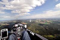 Cockpit: EUROPA, DEUTSCHLAND, NIESDERSACHSEN, (EUROPE, GERMANY), 02.05.2010: Segelflugzeug, Cockpit,  fliegen, Segelflug,   Aussenansicht, Haube, Instrumente, Luftbild, Luftansicht, Ausblick, Aussicht, ASH 26 E, Wolkenstrasse, Ausblick, steuern.