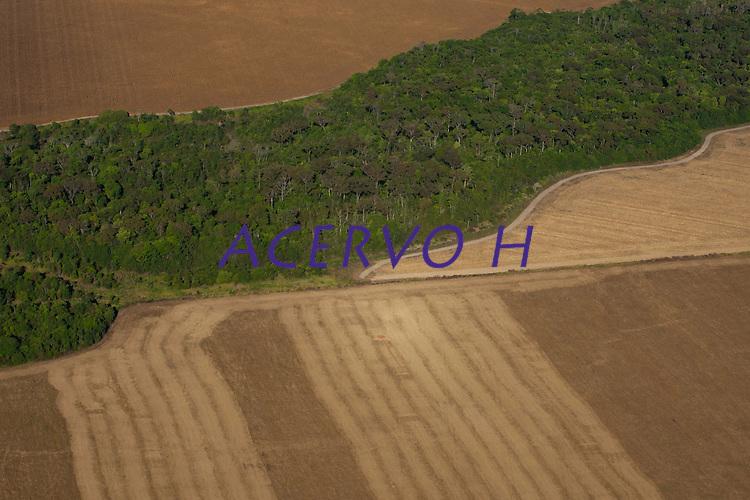 Cursos dágua em meio a plantações de grãos.<br /> <br /> As últimas colheitas de milho e algodão são feitas em plena seca.<br /> <br /> Grandes plantações de soja, milho e algodão cercam o Parque Indígena do Xingu  (PIX) .<br /> Habitados pelas etnias Aweti, Ikpeng, Kaiabi, Kalapalo, Kamaiurá, Kĩsêdjê, Kuikuro, Matipu, Mehinako, Nahukuá, Naruvotu, Wauja, Tapayuna, Trumai, Yudja, Yawalapiti, o parque ocupa área de 2.642.003 hectares na região nordeste do Estado do Mato Grosso, <br /> <br /> De acordo com o IMEA - Instituto Mato-Grossense de Economia Agropecuária declarou último dia 7 de agosto de 2015 no informativo 365 divulgou dados novos das safras de soja em MT com a safra 14/15<br /> consolidando-se com mais um ano de área e produção recordes. Por meio do método de Sensoriamento Remoto<br /> a nova área de 9,01 milhões de hectares apresenta-se 6,8% acima da área da safra 13/14. A produtividade já<br /> consolidada de 51,9 sc/ha elevou a produção para 28,08 milhões de toneladas. Os novos dados da safra 15/16<br /> aumentaram ainda mais a expectativa de safra recorde já esperada no último relatório. A nova área de 9,2 milhões<br /> de hectares baseia-se na conversão de área de pastagem em agricultura observada há algumas safras. A<br /> continuidade de investimento em tecnologia da nova safra eleva a projeção de produtividade para 52,6 sc/ha,<br /> refletindo sobre a produção que deve bater um novo recorde em 2016, de 29 milhões de toneladas. Apesar do<br /> crescimento contínuo, a nova temporada deve atingir o menor avanço da produção desde a safra 10/11. <br /> Querência, Mato Grosso, Brasil.<br /> Foto Paulo Santos<br /> 24/07/2015