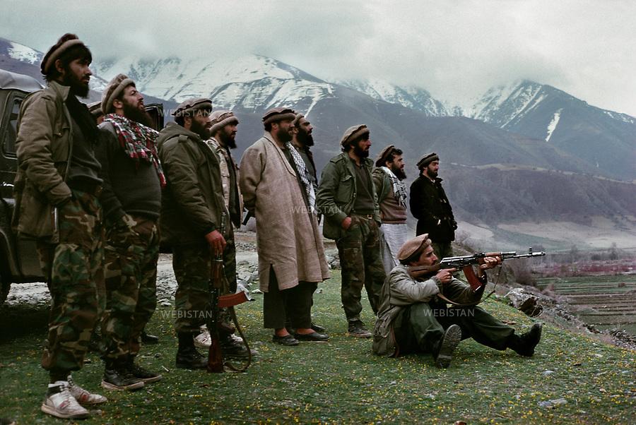 Afghanistan. Panjshir Valley. 1991. Commander Massoud (1953-2001) with a group of Mujahideen try weapons. <br /> <br /> Afghanistan. Vall&eacute;e du Panjshir. 1991. Le commandant Massoud (1953-2001) avec un groupe de Moudjahidin essayent des armes.
