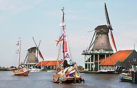Nederland Zaanse Schans. Sail Amsterdam. Het Varend erfgoed heeft de IJhaven verlaten en ligt voor een dag in Zaanse Schans