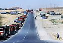 Turquie 1995<br /> La route encombr&eacute;e de camions pr&eacute;s de la fronti&egrave;re irakienne<br /> Turkey 1995<br /> Trucks near the Iraki border