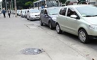 SAO PAULO, SP, 25 DE MAIO DE 2012 -  DIA DA LIBERDADE DE IMPOSTOS SAO PAULO- Motoristas fazem fila para abastecer pelo preco de R$1,26 o litro da gasolina durante o Dia da Liberdade de Impostos, no posto Ipiranga da Avenida Sumare, esquina com Rua Franco da Rocha, zona oeste da capital paulista, na manha desta sexta feira. O evento e organizado pelo Movimento Endireita Brasil.FOTO: GEORGINA GARCIA/ BRAZIL PHOTO PRESS.